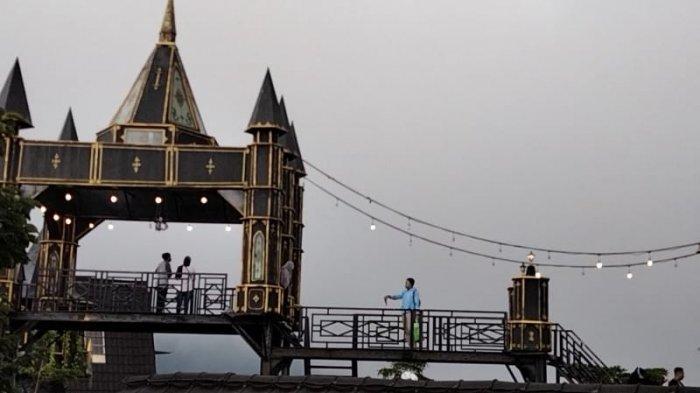 Wisatawan Ramai Berfoto-foto di Pondok Cai Pinus Kuningan di Kaki Ciremai, Ada Kastil Harry Potter