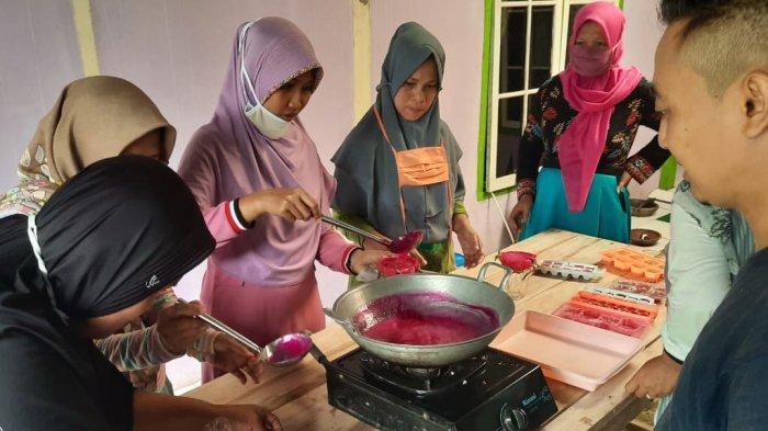 Kelompok Wanita Tani Naga Asri di Kalipucang Pangandaran Memproduksi Permen Buah Naga