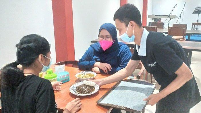 penyajian makanan di gerai Soto Ayam Ambengan Pak Sadi (Asli), Jalan Banda, Kota Bandung,