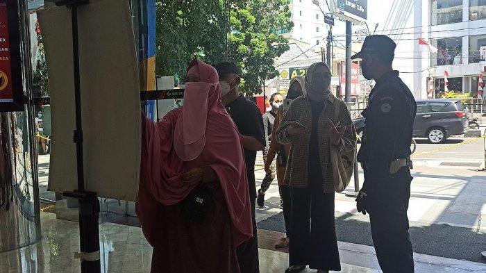 Pengunjung antre untuk masuk Bandung Indah Plaza Mal, Jalan Merdeka, Rabu (11/8/2021)