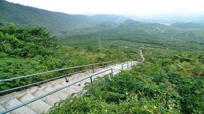 Tangga menuju kawah Gunung Galunggung, Kabupaten Tasikmalaya