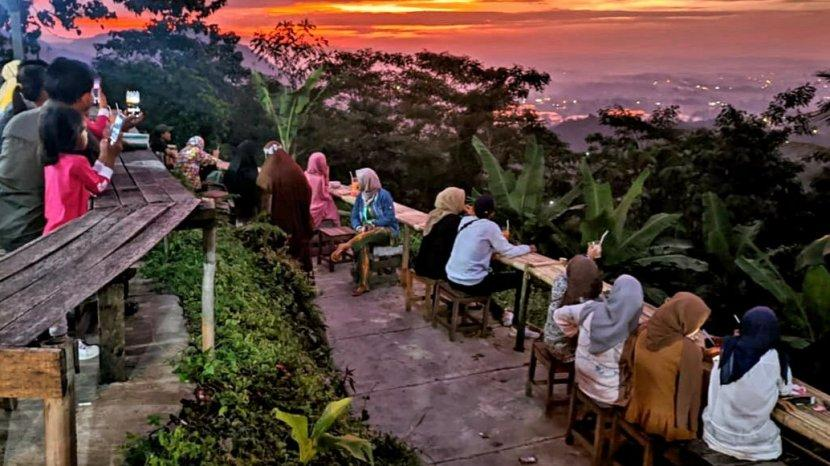 Suasana Indah Ngopi di Atas Awan Tempatnya Ada di Kawasan Wisata Puncak Sempur Kabupaten Karawang