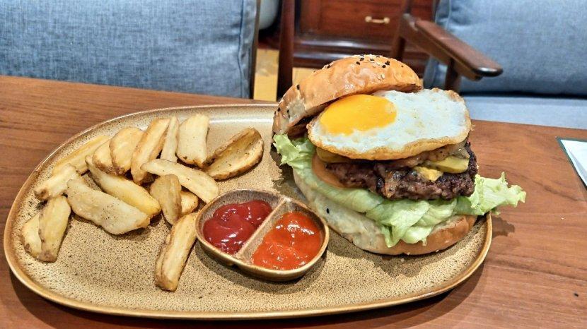 Sensasi Makan Burger Jumbo Premium di Jenderal Kopi Nusantara Buwas Bandung