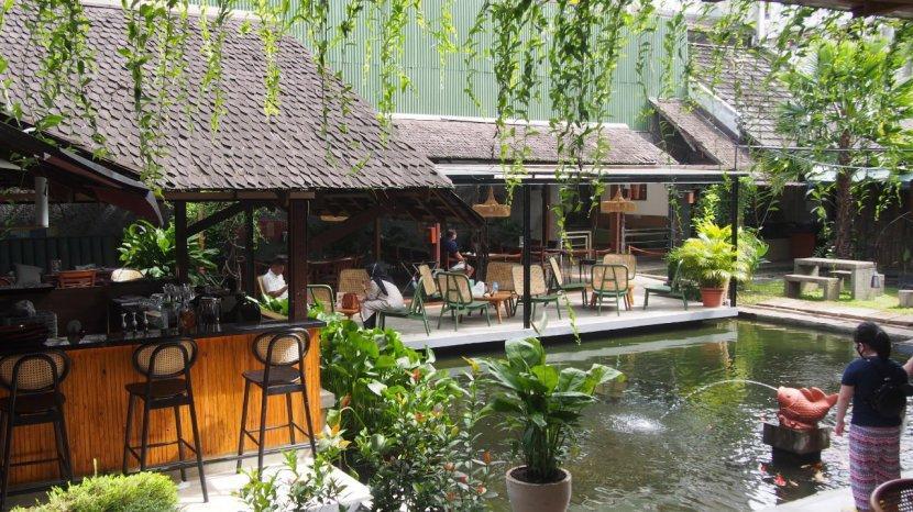 Kedai Legendaris di Bandung Ini Kini Menghadirkan Dekorasi Ala Beach Club Bali, Menunya Tetap Lezat