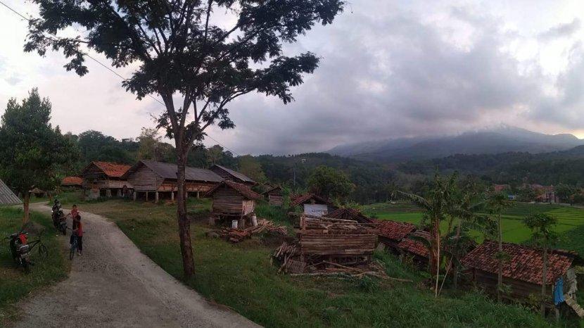 Sandiaga Uno ke Desa Wisata Cibuntu Bareng Cinta Laura dan Dea Noviantika. Baju Cinta Jadi Perhatian