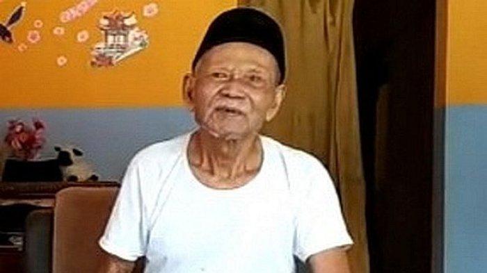 Abah Usman warga Blok Ciloa, Desa Lengkong Kulon, Kecamatan Sindangwangi, Kabupaten Majalengka.