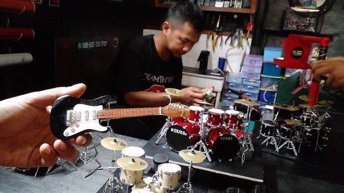 Abdul Madjid mengerjakan miniatur drum di bengkel kerja Jhons Drum Miniatur, Gang Pegadaian No 202, Rancapetir, Ciamis