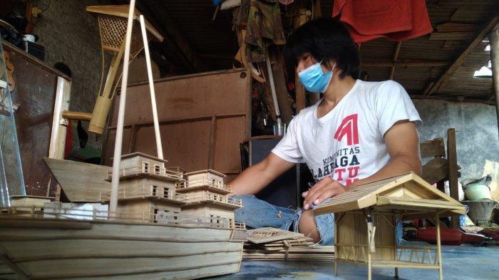 Aep Saepudin mengerjakan miniatur kapal pesiar di Kampung Sukamaju, Desa Pasawahan, Kecamatan Pasawahan, Kabupaten Purwakarta, Rabu (4/8).