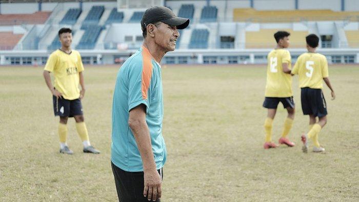 Ajat Sudrajat saat melatih SSB di Stadion Arcamanik, Jalan Pacuan Kuda, Kota Bandung