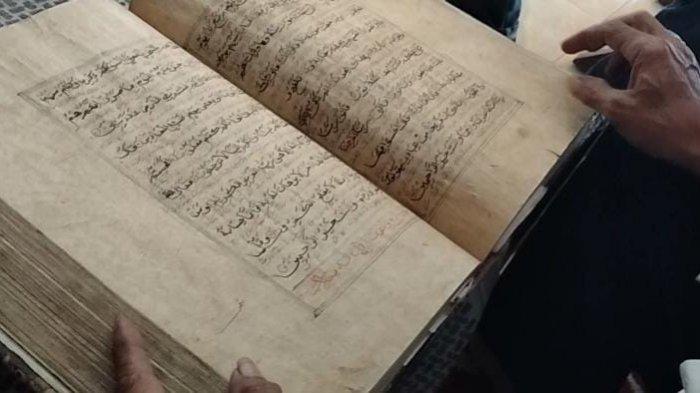 Al-Quran berusia ratusan tahun di  Blok Pesantren Desa Pageraji, Kecamatan Maja, Kabupaten Majalengka,