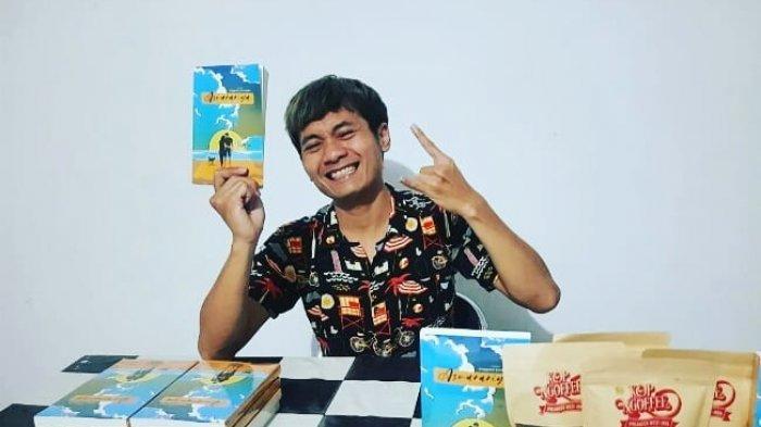 Angga Surangga bersama novel karyanya