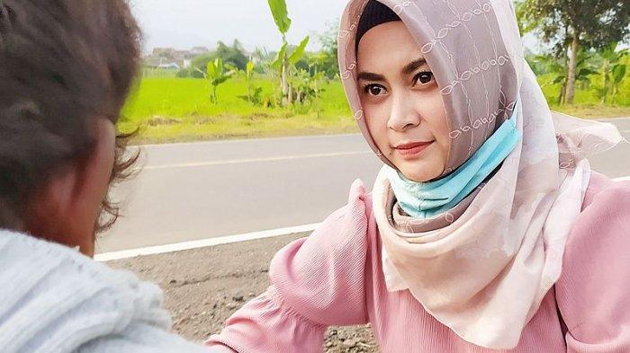 Inilah Ani Sumarni,Guru Honorer Cantik di Cianjur yang Kerap Merawat ODGJ di Jalan