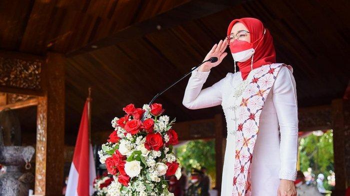 Bupati Purwakarta, Anne Ratna Mustika saat menjadi pembina upacara HUT Kemerdekaan RI di Purwakarta