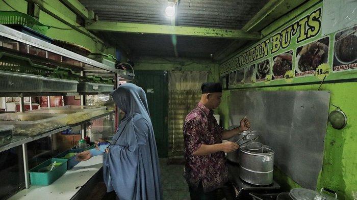Giyanti (kiri) dan suaminya tengah membuat dan mengolah bakso di Warung Baso Pacitan Bu Is,  Bumi Parahyangan Kencana, Cangkuang, Kabupaten Bandung