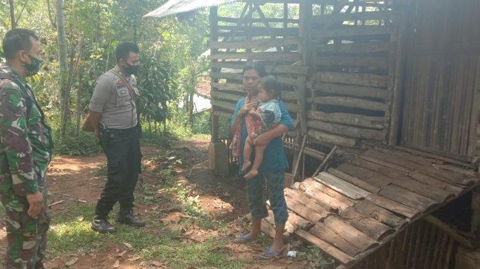 Brigadir Sugiarto saat meninjau bekas kandang domba yang jadi kediaman keluarga Edo di Kampung Jelebud, Desa Jampang Tengah, Kabupaten Sukabumi