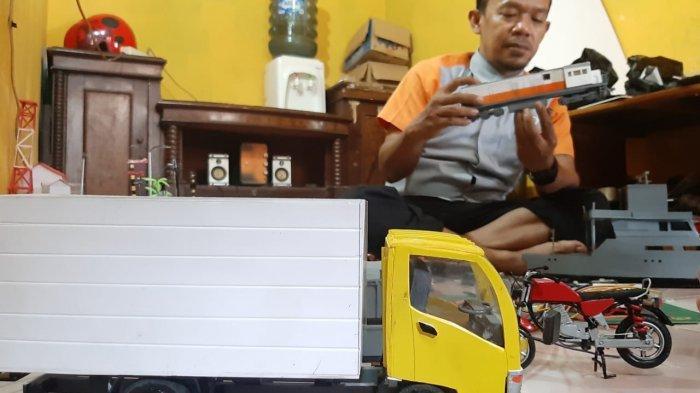 Jaelani (37) menunjukkan miniatur kereta api buatannya dari limbah kabel dan papan PVC, di kediamannya di Purwakarta, Selasa (25/5).
