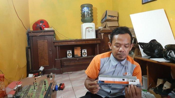 MINIARUR KERETA - Jaelani (37) menunjukkan miniatur kereta api buatannya dari limbah kabel dan papan PVC, di kediamannya di Purwakarta, Selasa (25/5).