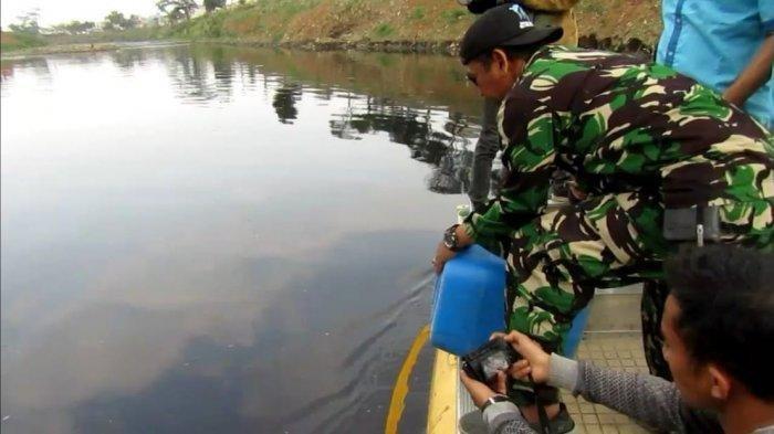 Satgas Citarum Harum kembali menabur bakteri mikroba berjenis MR-08 di Sungai Citarum