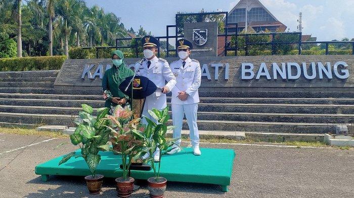 Bupati Dadang Supriatna dan wakilnya, Sahrul Gunawan (kanan) saat berpidato resmi di depan Kantor Bupati