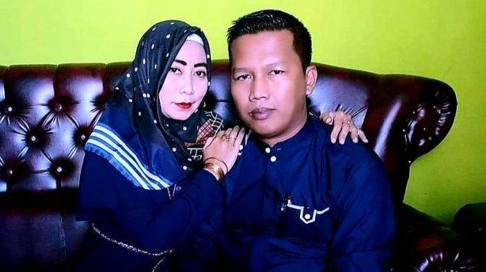 Dadie Mulyadi, pengusaha konstruksi di Karawang berfoto bersama istrinya
