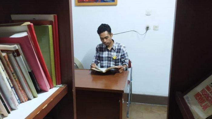 Dede Ahmad, pemuda asal Gununghalu, Kabupaten Bandung Barat yang menjadi juru pelihara di Gedung Indonesia Menggugat, Bandung.