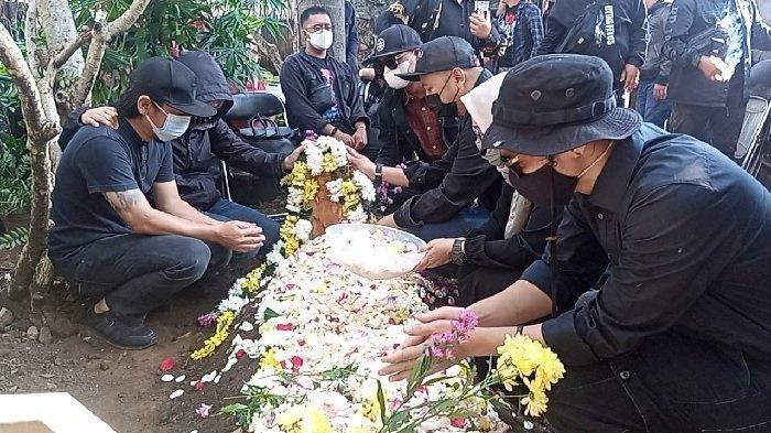 Pemakaman gitaris Burgerkill, Aris Tanto alias Eben di pekarangan rumahnya di Jalan Gumuruh, Sabtu (4/09/2021)