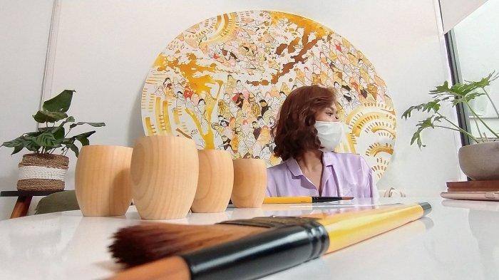 Edrike Joosencia (Keke) di depan karya seni