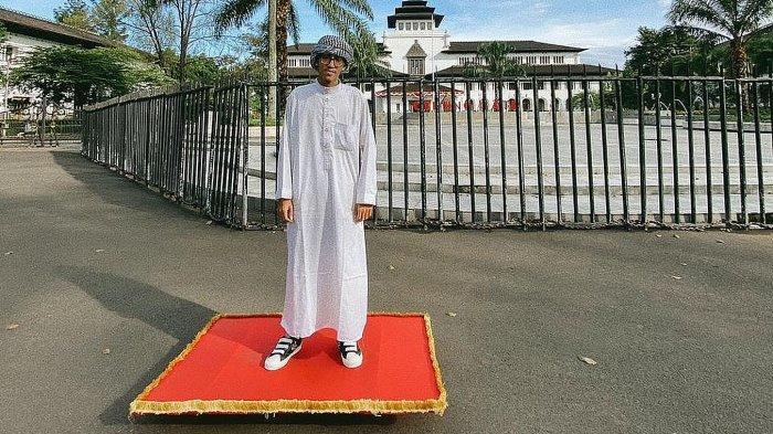Fadli Maulana Ibrahim berpose di depan Gedung Sate Bandung beberapa waktu lalu
