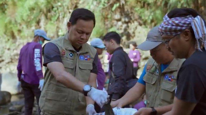 Scene film Pulau APlastik yang menampilkan upaya bersih-bersih plastik di Kota Bogor