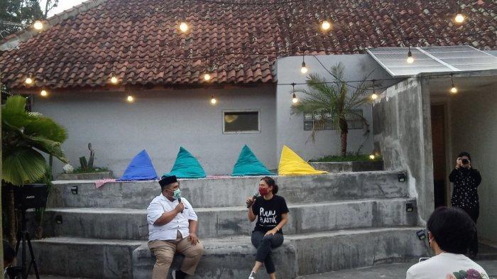 Berbincang dengan pemeran film Pulau Plastik, Tiza Mafira (kanan) di Work Caffe Indonesia, Kota Bandung
