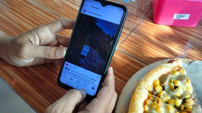 Ari Budiyanto menunjukkan postingannya di Instagram tentang aktivitasnya mengantarkan piza di Majalengka
