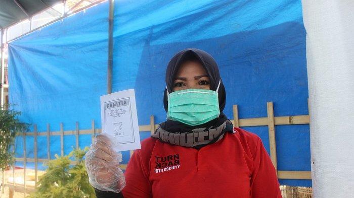Calon kepala Desa Majasari, Kecamatan Sliyeg, Kabupaten Indramayu, Lely Uliyah, saat akan memberikan suaranya pada pilkades, Rabu (2/6/2021)