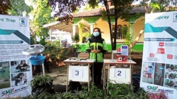 Tari Mulyanah sedang memaerkan prototipe Light Trap, alat perangkap hama serangga di ajang lomba TTG di DPMD Kabupaten Subang, Senin (7/6/2021).