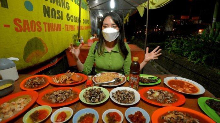 Magdalena saat menyantap berbagai varian seafood