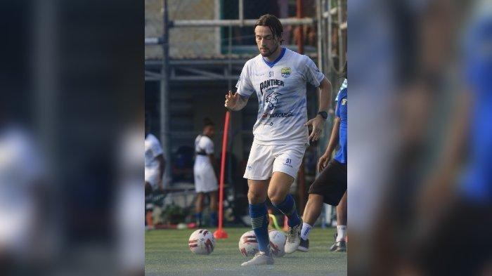Penampilan perdana Marc Klok saat latihan bersama Persib Bandung di Lapangan Sintetis Soccer Republic, Bandung, Jumat (2/7/2021)