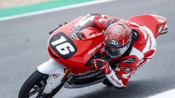 Pebalap Astra Honda Racing Team (AHRT), Mario Suryo Aji beraksi dengan motornya