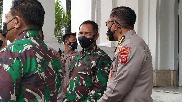 Pangdam III/Siliwangi Mayjen TNI Agus Subiyanto  (tengah)mengantarkan tamu undangan pada acara pisah sambut di Makodam Siliwangi, Sabtu (21/8/2021).