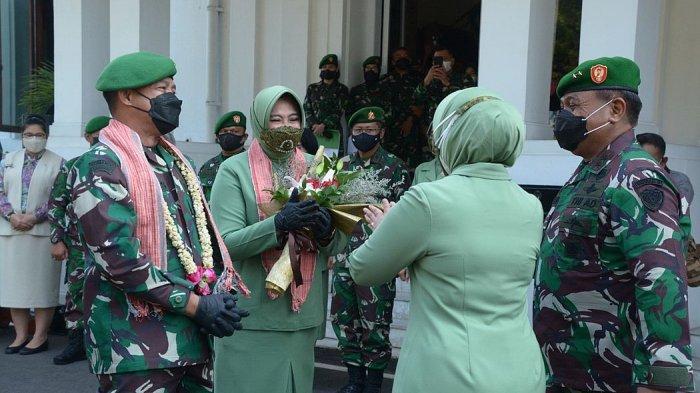 Penyambutan Pangdam III/Siliwangi yang baru, Mayjen Agus Subiyanto (kiri) oleh Pangdam Siliwangi Mayjen TNI Nugroho Budi Wiryanto di Makodam III/Siliwangi, Rabu (18/8/2021).