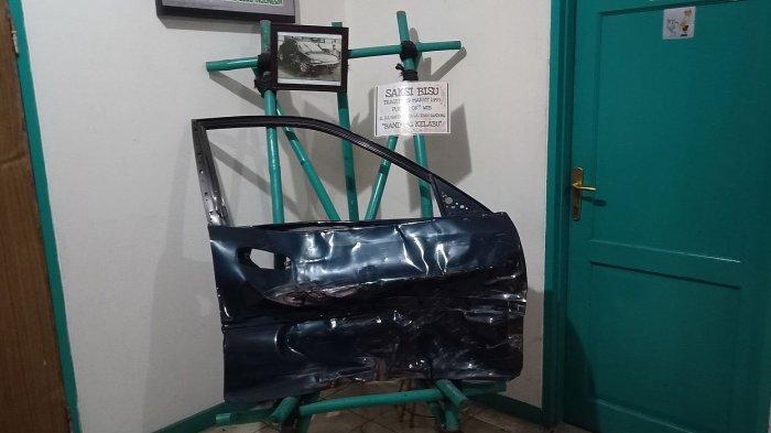 Pintu mobil Honda Genio yang rusak setelah kecelakaan tunggal di Jalan RE Martadinata, Bandung, 19 Maret 1995. Kecelakaan itu menewaskan penyanyi Nike Ardilla yang saat itu mengemudikan mobil tersebut. Pintu mobil tersebut ada di Museum Nike Ardilla di Bandung