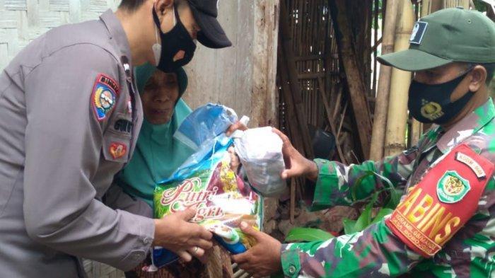 Nenek Edoh diberi bantuan sembako oleh Kapolsek Mande, Iptu Dadeng (kiri) dan Babinsa Serka Supendi, Jumat (23/7/2021)