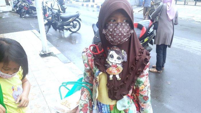 Nur Afaf (9), bocah penjual tutut di sekitaran Alun-Alun Kabupaten Purwakarta
