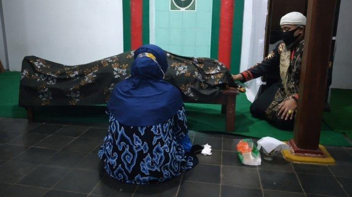 Pihak keluarga saat mendoakan Sultan Keprabonan, Pangeran Hempi Raja Kaprabon, yang meninggal dunia tadi malam