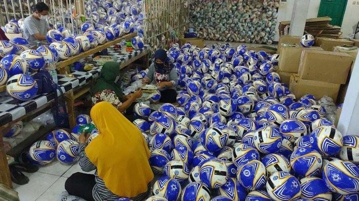 Bola sepak diproduksi di PT Sinjaraga Santika Sport (Triple S) di Desa Liangjulang, Kecamatan Kadipaten, Kabupaten Majalengka