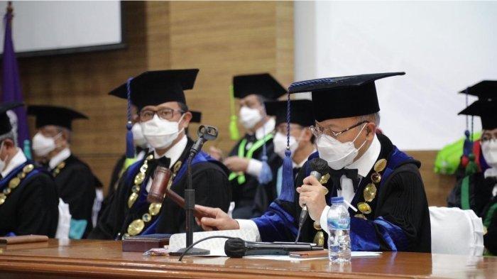 Rektor Unisba, Prof Edi Setiadi mengetuk palu saat membuka wisuda daring Unisba, Februari 2021