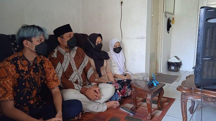 Keluarga Qyara di Garut menyaksikan melalui televisi upacara penurunan bendera pusaka 17 Agustus 2021