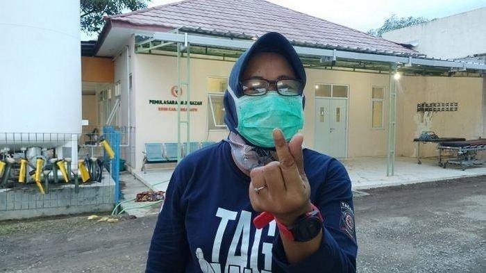 Anggota tim pemulasaraan jenazah Covid-19 Kabupaten Indramayu, Ratna Dewi,