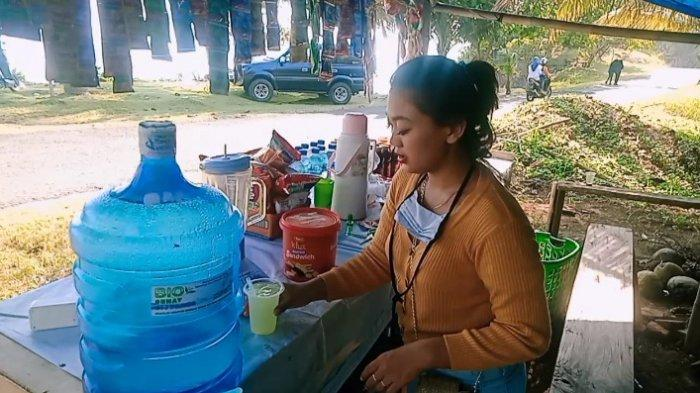 Rismawati,  berjualan minuman dan makanan ringan di objek wisata Pantai Karapyak,Kecamatan Kalipucang, Kabupaten Pangandaran,