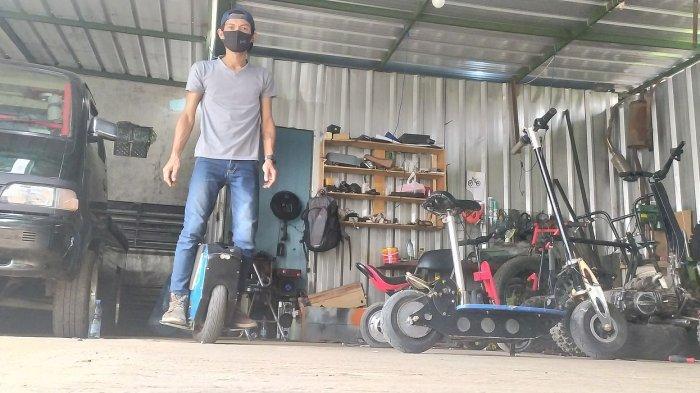 Rixy Julian Rahmat di bengkelnya kawasan Antapani, Bandung