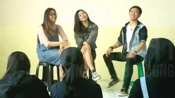 Latihan talenta-talenta yang bergabung dalam Starlight Entertainment Indonesia (SEI)