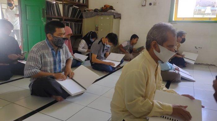 Baca Al-Qur'an Braille Itu Gampang-gampang Susah Tapi Para Santri Tunanetra Itu Semangat Membacanya